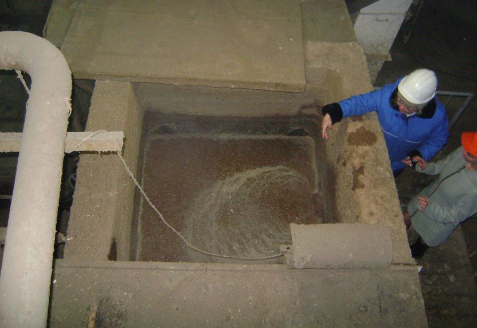 7 Смесь воды и измельченной бумаги поступает по трубам в цех по производству бумаги