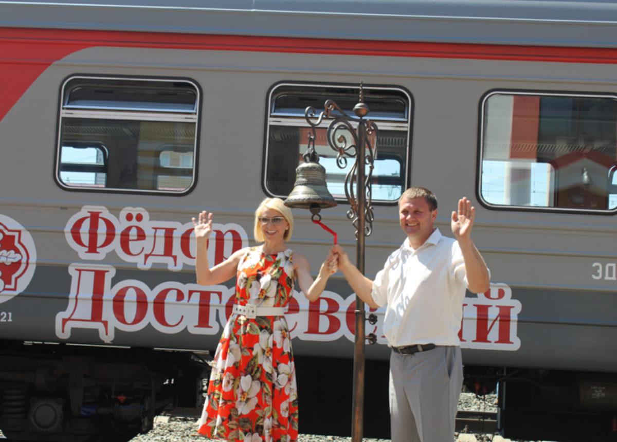 начальник департамента культуры Кузбасса Марина Евса отправляет поезд